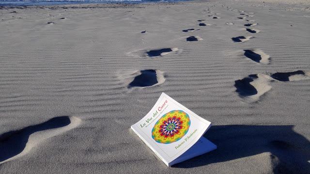 la via del cuore orme sulla spiaggia