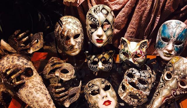 nascondersi dietro ad una maschera